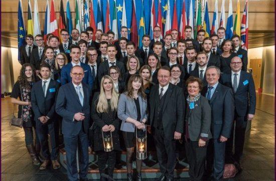 1513781528.2439-hlw-und-htl-bringen-friedenslicht-ins-eu-parlament