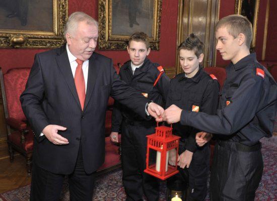 Übergabe des Friedenslichts an Bgm Dr. Michael Häupl durch Feuerwehrjugend Wien