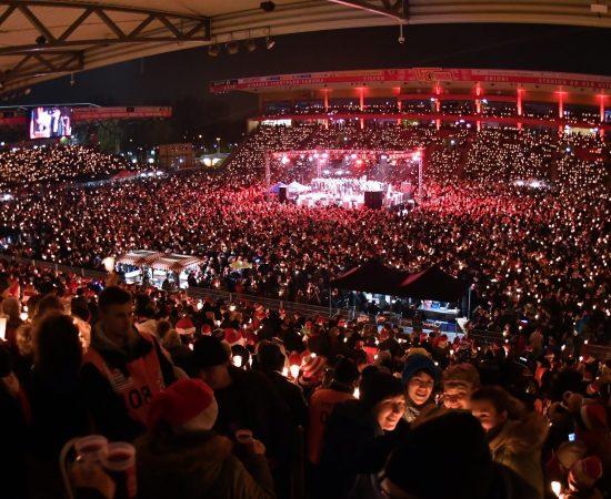 dpatopbilder - Dicht an dicht stehen am 23.12.2017 in Berlin die Besucher des Eisern-Union-Weihnachtssingen im Stadion an der Alten Försterei. Foto: Paul Zinken/dpa +++(c) dpa - Bildfunk+++