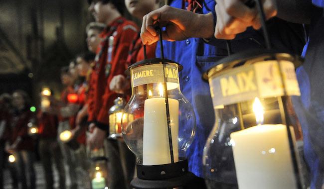 15 décembre 2013 : Les Guides et Scouts de France se sont réunis pour la remise de la Lumière de la Paix de Bethléem. Cath. Notre-Dame de Paris, Paris (75), France.  December 15, 2013 : The light of Bethlehem during a celebration, Notre-Dame cath., Paris (75), France.