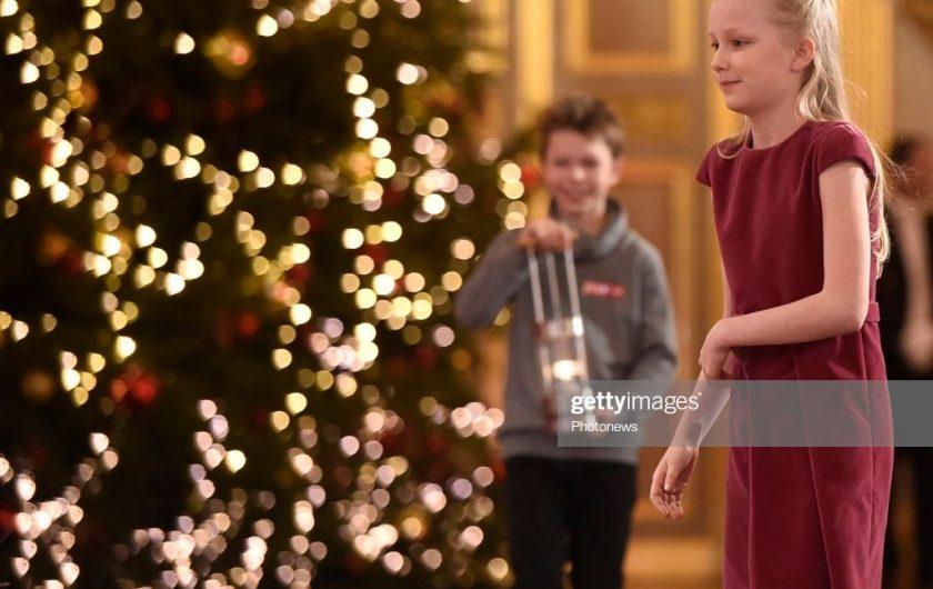- Concert annuel de Noël en présence du Roi Philippe et de la Reine Mathilde - Jaarlijks kerstconcert i.a.v. de Koning Filip en de Koningin Mathilde  ( Photo de Famille devant le sapin de Noël / Familiefoto bij de kerstboom & Arrivée dans la Salle du Trône / Aankomst in de Troonzaal ) * Lampe de la paix ( Autriche ) / Lamp of Peace (Oostenrijk)  19/12/2018 pict. by Didier Lebrun © Photo News via Getty Images)
