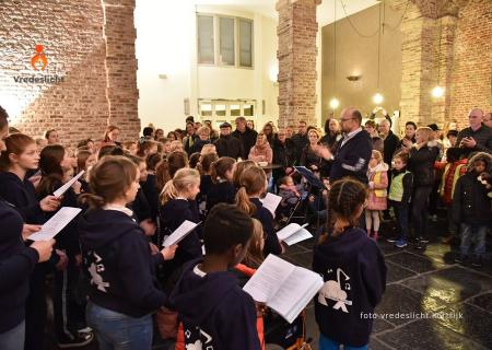 Kinderkoor 'Kinderland' tijdens het ontvangstmoment in Kortrijk.